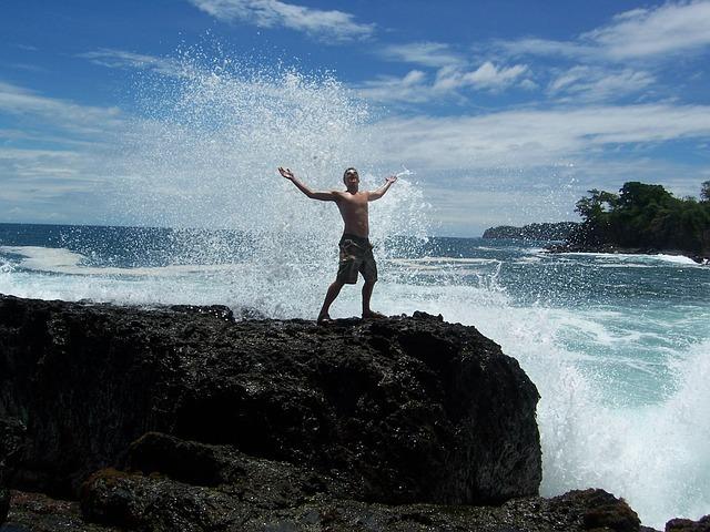 boy-in-waves-140496_640